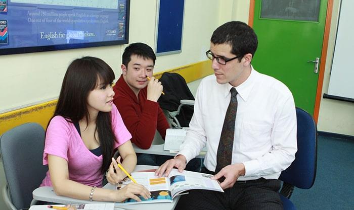 Phụ huynh nên tìm đến các trung tâm gia sư để tìm cho con người thầy giỏi